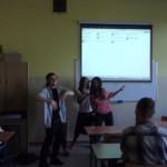 Aliea z Egiptu pokazuje uczniom taniec brzucha